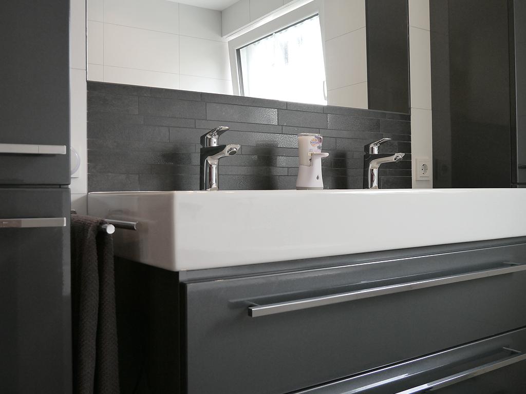 b der im detail grau und wei fliesen middel. Black Bedroom Furniture Sets. Home Design Ideas